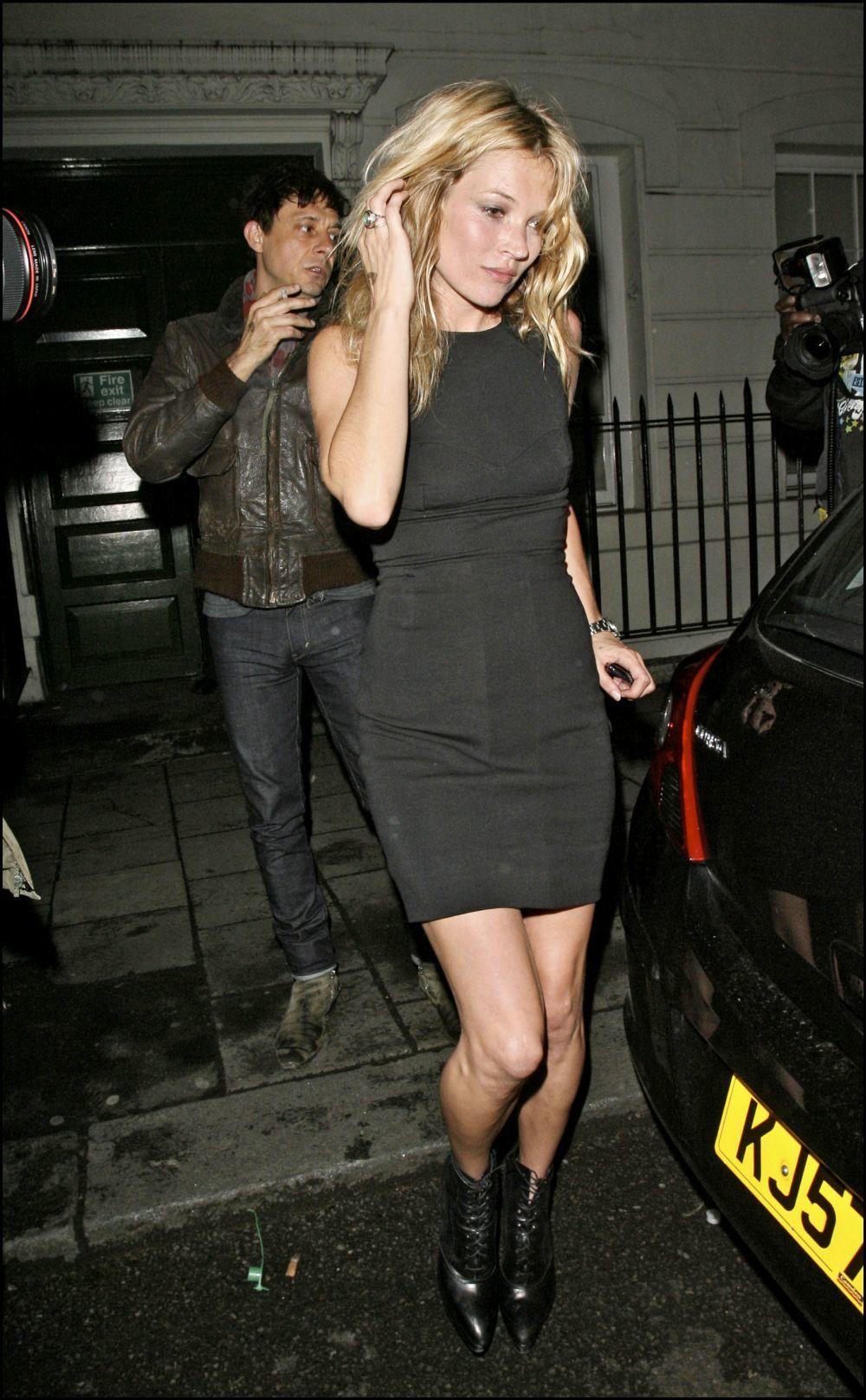 Kate Moss luciendo un vestido negro