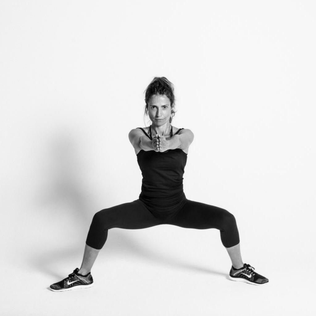 La periodista experta en fitness Gema García Marcos en plié de ballet (predator jacks)... flexión de sentadilla, con piernas abiertas y movimiento de brazos.