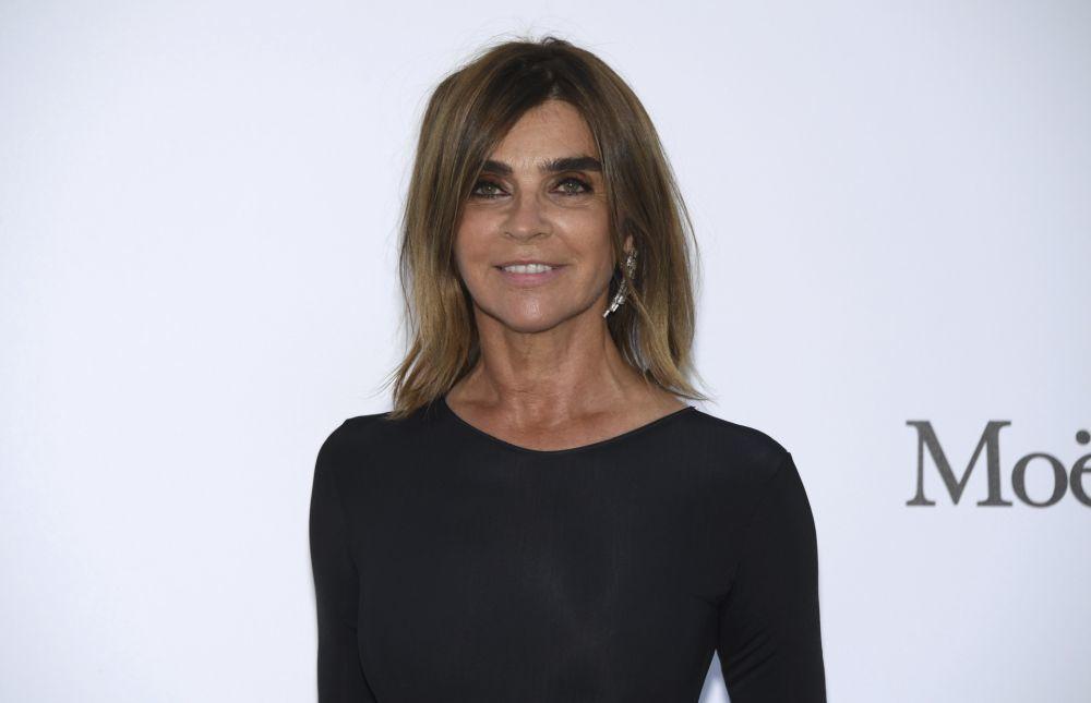 Carine Roitfeld sigue siendo un icono de belleza y estilo que nos...