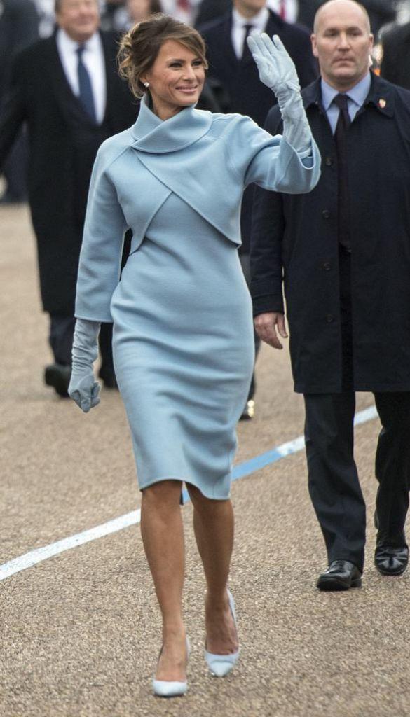 Al estilo Jackie O., con un traje empolvado de Ralph Lauren, el día de la toma de posesión de su marido.