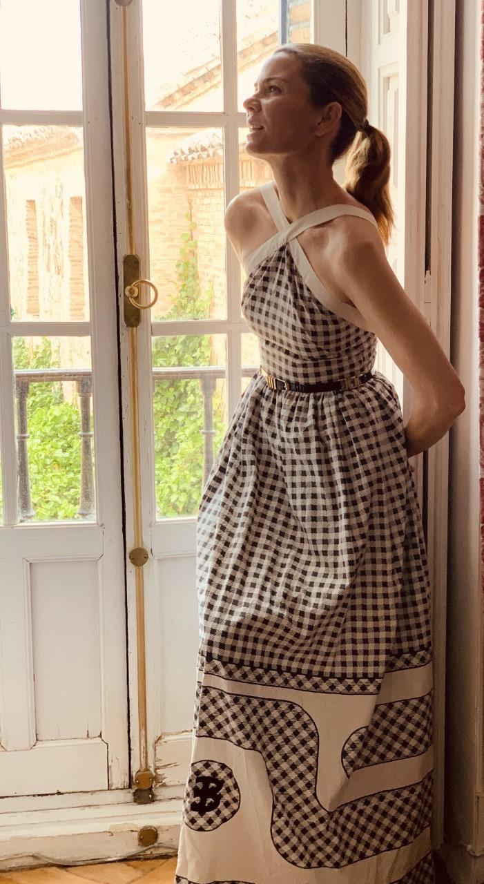 Alejandra de Rojas con un vestido de Elio Berhanyer.