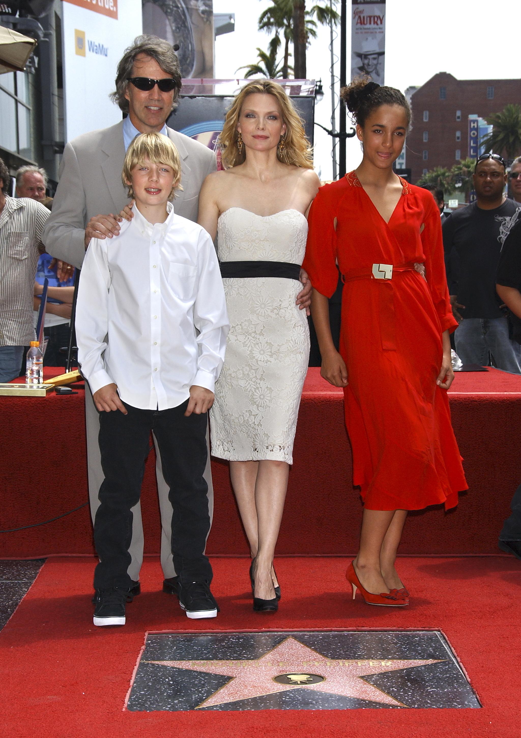 Con su marido y sus dos hijos, Claudia Rose y John.