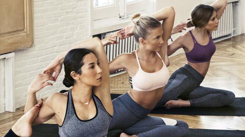 La profesora de yoga Lucía Liencres (centro) en plena clase...