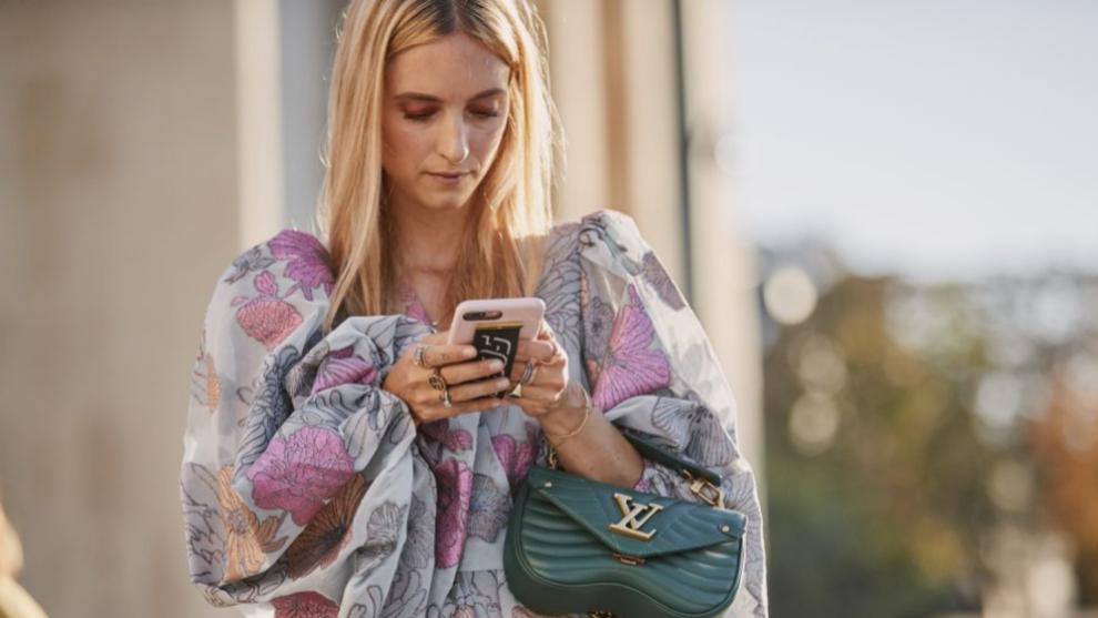 Chica mirando el móvil,street style