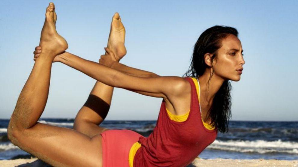 Llegará el momento de practicar asanas de yoga en la playa, pero...