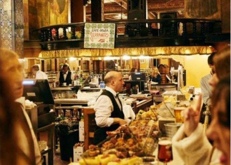 Una decena de personas tomando unas cañas y uno pinchos en un bar de Bilbao antes del Covi-19.