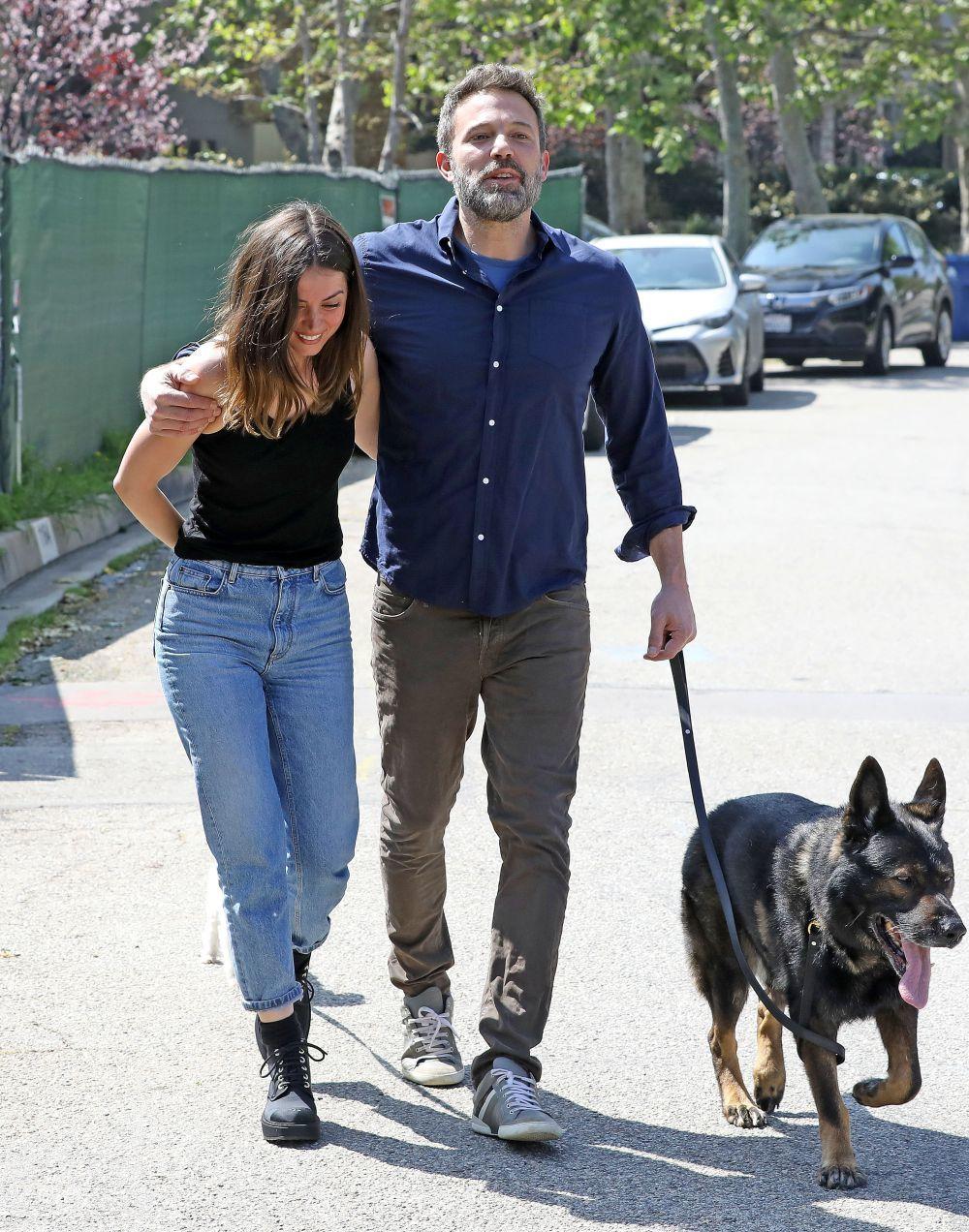 Ana de Armas y Ben Affleck sacando a sus mascotas