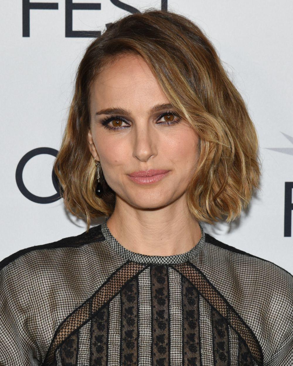 Natalie Portman luce un corte bob o wavy bob ondulado que favorece muchísimo a su cara ovalada aunque con ese corte de cara está guapísima incluso con los cortes cortos como el pixie.