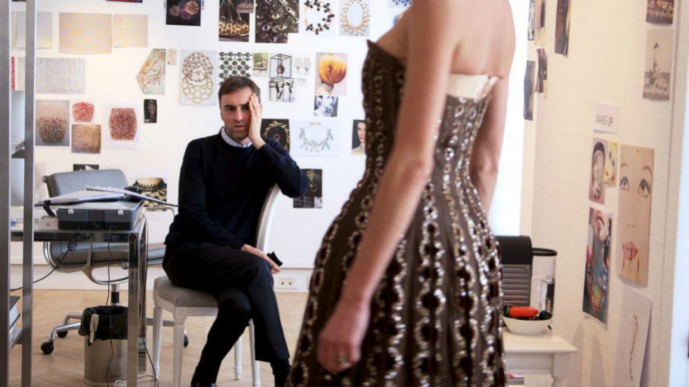 El diseñador Raf Simons observando la caída de un vestido para Dior.