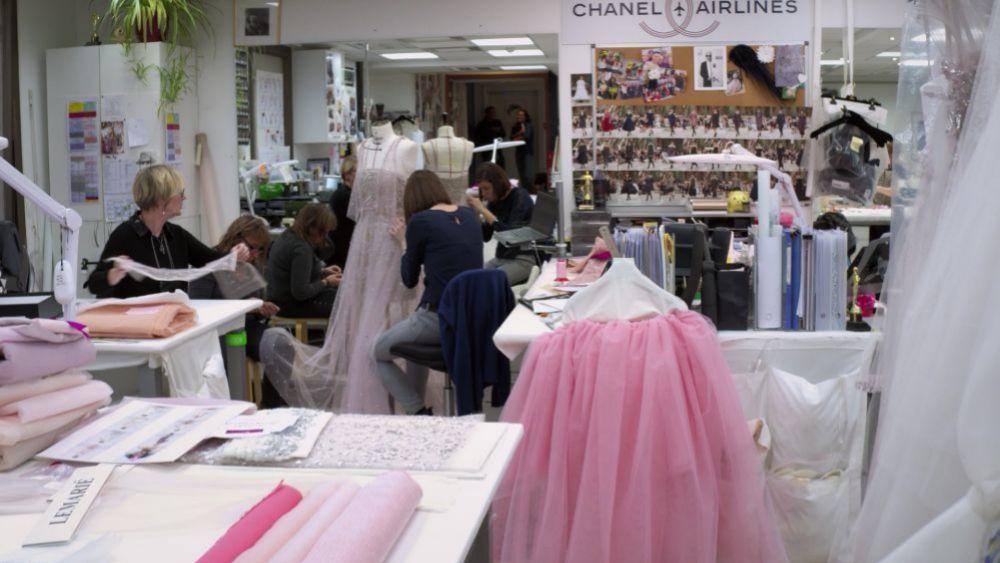 En el atelier de Chanel en París 7 días antes del desfile.