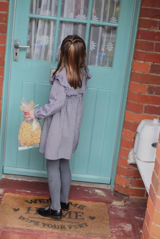 La princesa Charlotte repartiendo comida entre los ancianos.