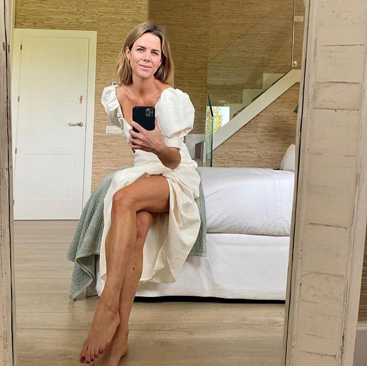 Amelia Bono en su dormitorio con el vestido de Zara.