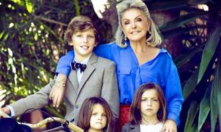 Beatriz de Orléans junto a sus tres nietos.