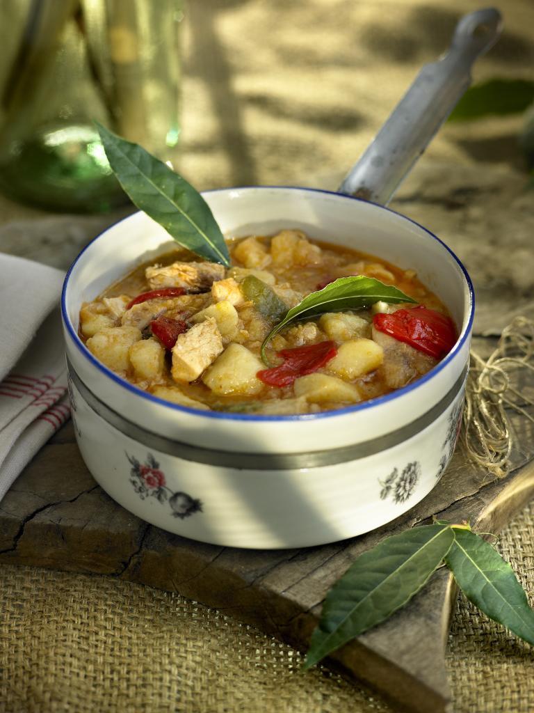 El marmitako ha de quedar caldoso, para tomar con cuchara.