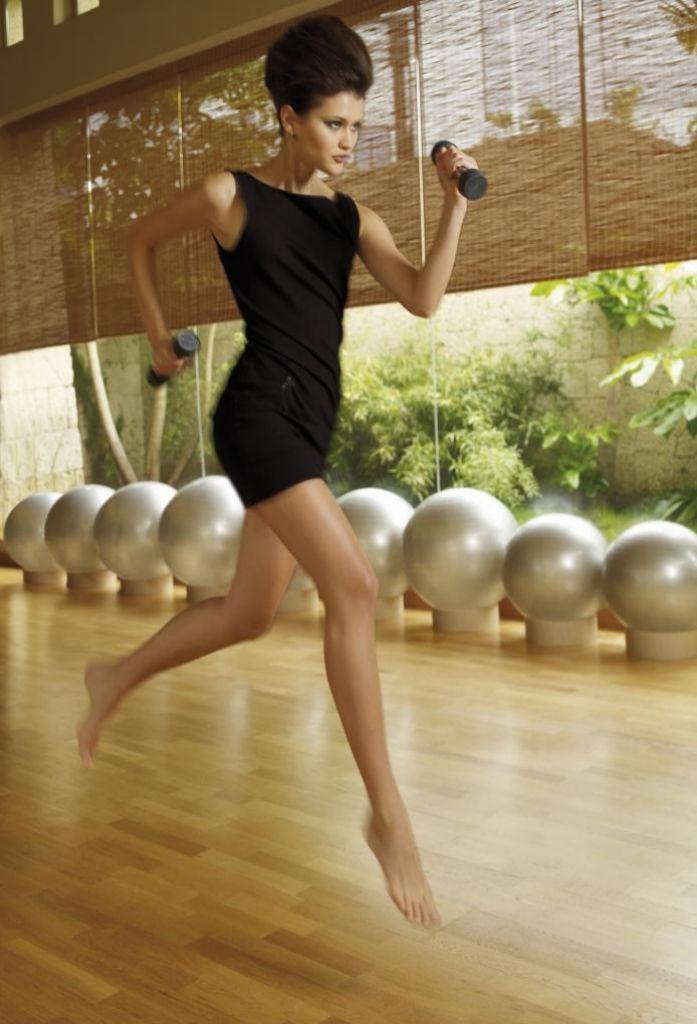 Los ejercicios con pesas son muy beneficiosos pues trabajan la fuerza.