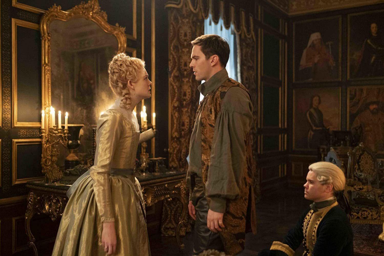 Elle Fanning y Nicholas Hoult en The Great
