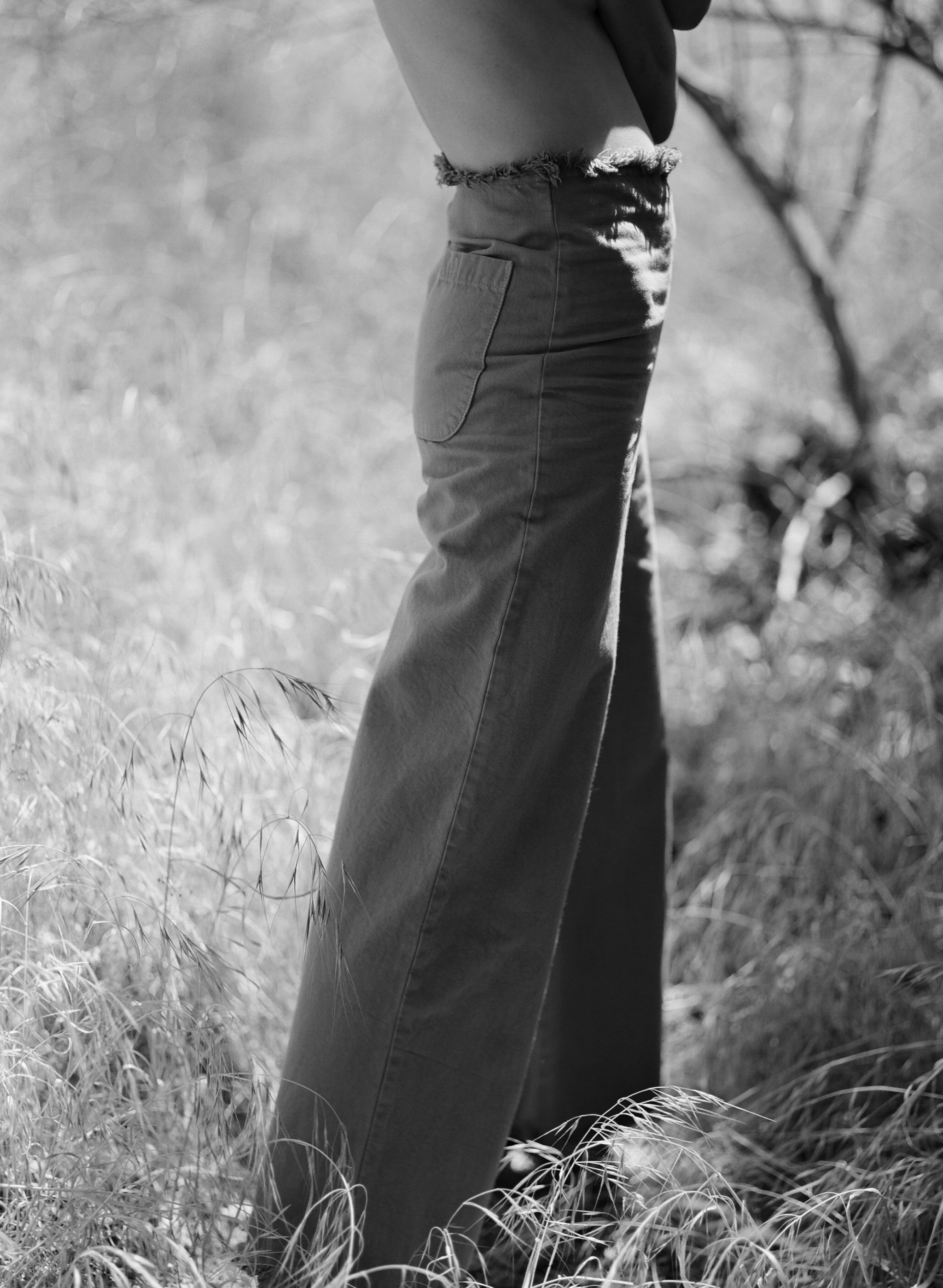 En moda, la palabra timeless se utiliza para definir esas piezas icónicas que son capaces de sobrevivir al ritmo acelerado de las tendencias (el trench, el bolso Birkin, el abrigo camel o los Levi's 501); para calificar el outfit clásico frente al trendy; describir la elegancia sin esfuerzo de mujeres como Carolyn Bessette o Caroline de Maigret y el estilo sobrio y sofisticado de firmas como Shaina Mote, Lauren Manookian, The Row, Totême o Lemaire. Hasta marcas low cost como Zara lo han tomado para dar nombre a sus colecciones. Foto: Shaina Mote.