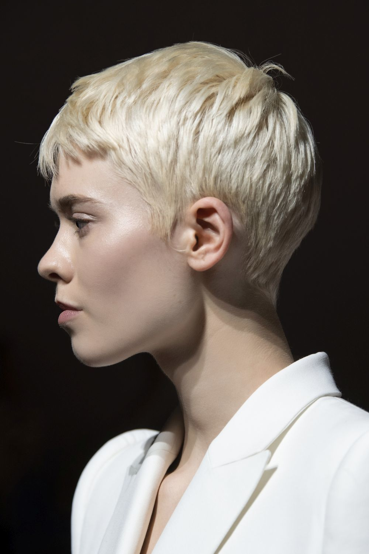 Nos inspira el pixie en tono rubio platino del desfile de Givenchy para esta temporada.