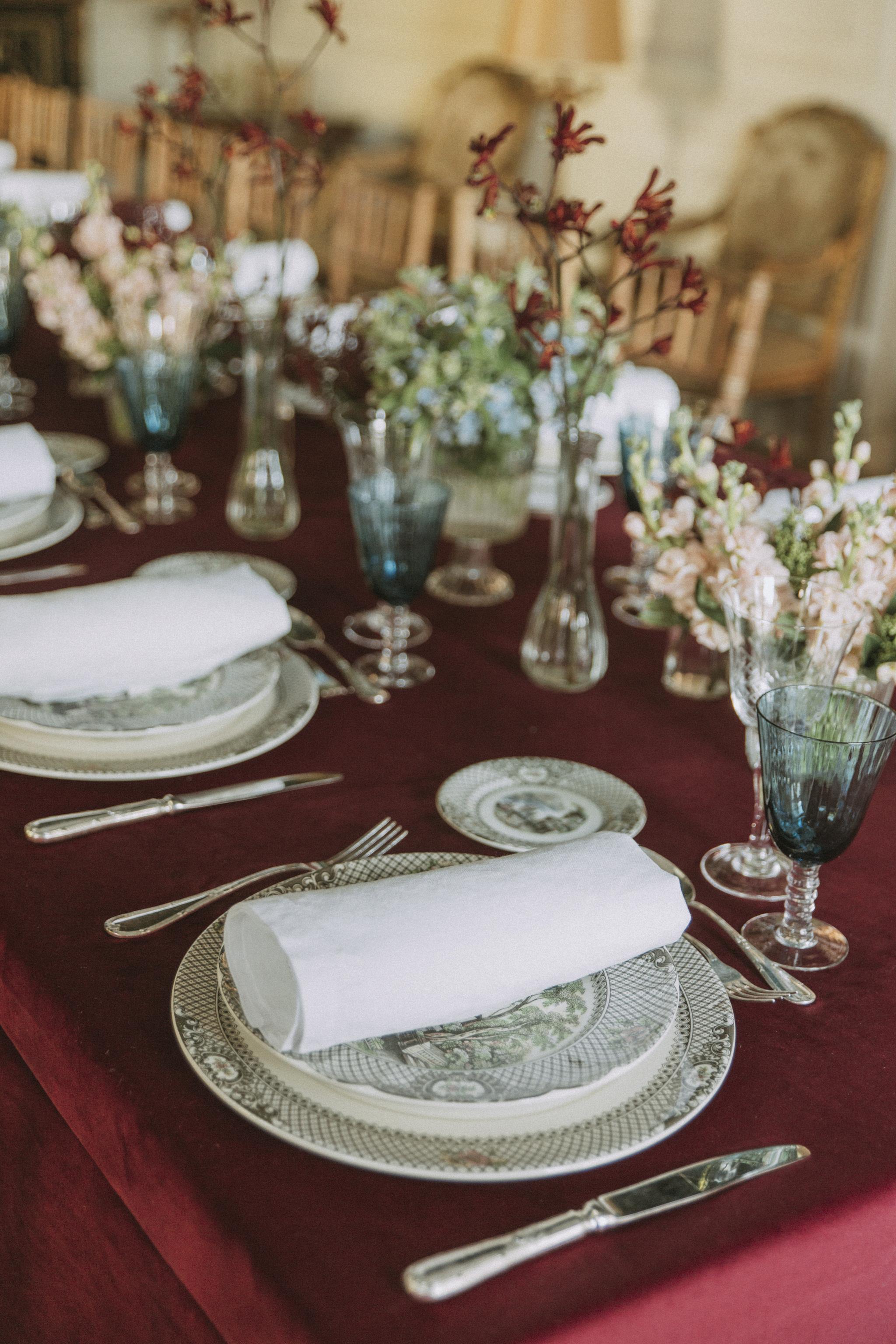 Decoración de una mesa en un banquete nupcial.