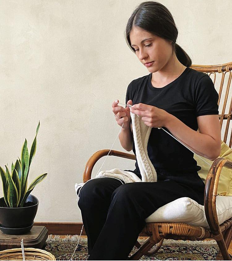 Elisa Denova es una de las artesanas que aprendió el oficio de su abuela, ofrecerá un clase online de punto.