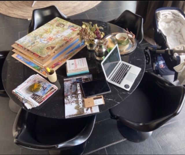 Todo lo necesario está a tu alrededor. Mesa redonda en el rincón de diseño de la empresaria Magally Capriles.