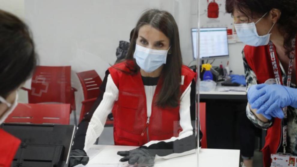 La reina Letizia con el chaleco de Cruz Roja en su sede de Madrid.