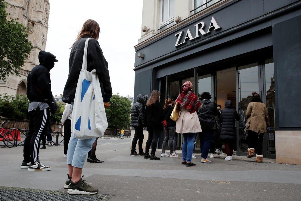 Colas en un Zara de París en su apertura.