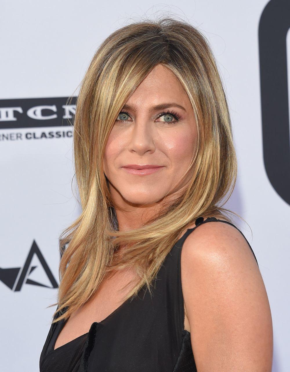 Jennifer Aniston luciendo el corte de pelo mixi maxi con ligeras capas y mechas miel que estilizan su rostro.