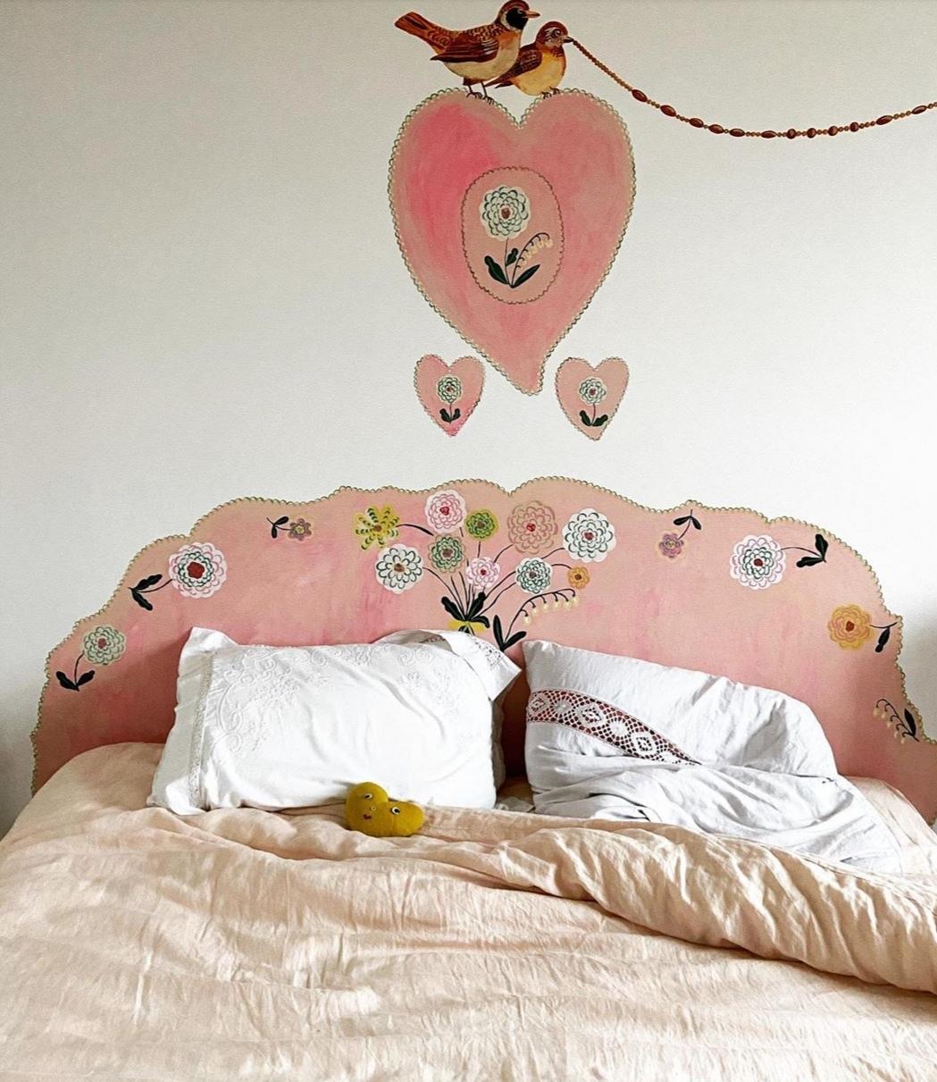 Cabecero pintado en la pared de la artista Nathalie Lette. Foto:...