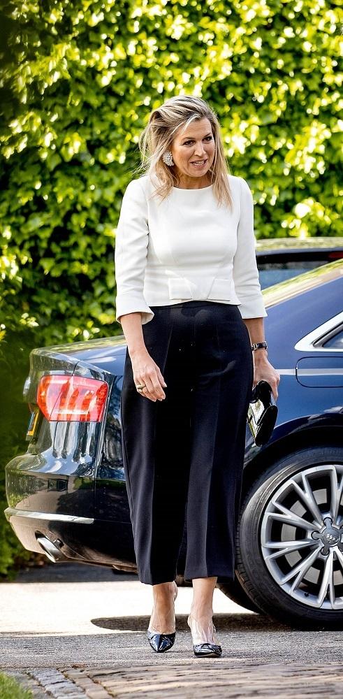 La reina Máxima de Holanda a la llegada a la fábrica de mascarillas.