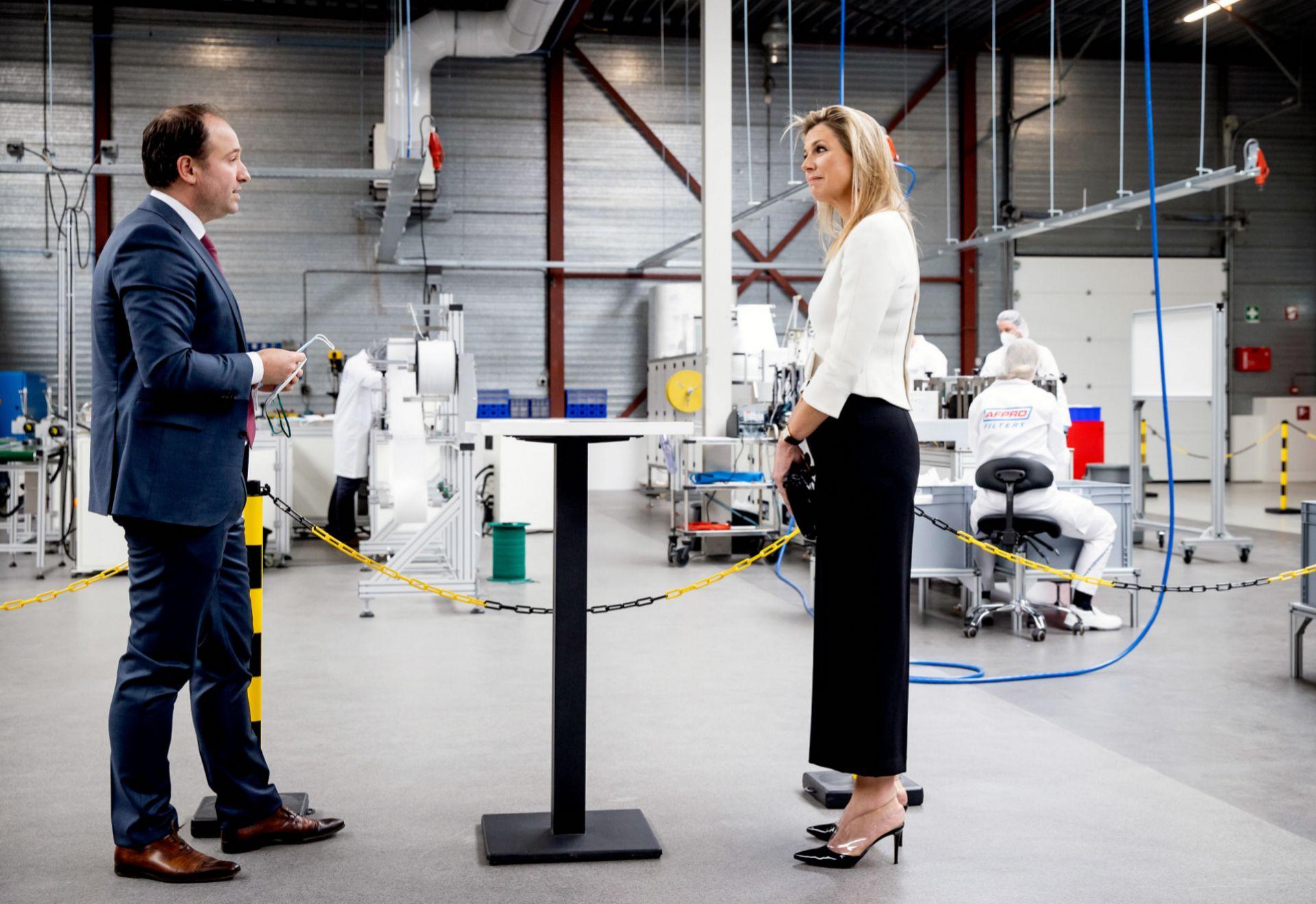 La reina Máxima de Holanda en la fábrica de mascarillas de Alkmaar.