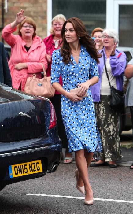 Kate Middleton en la visita a una escuela en 2016 donde estrenó el vestido de lunares de Altuzarra.G