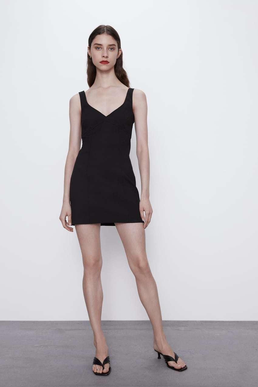 Vestido negro de Zara (12,95 euros).