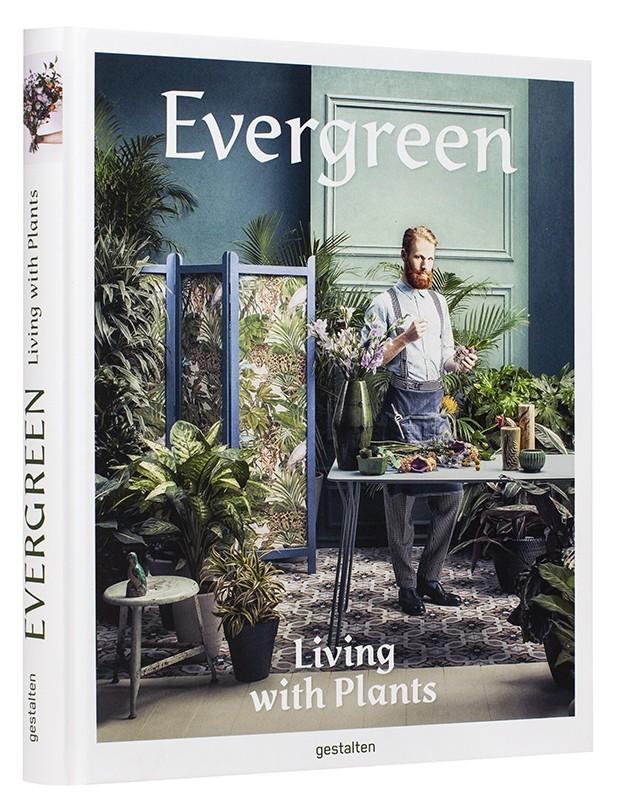 Evergreen. Gestalten. Un libro lujosamente editado que demuestra que es posible volver a convivir con las plantas en los espacios urbanos creando pequeños paraísos privados.