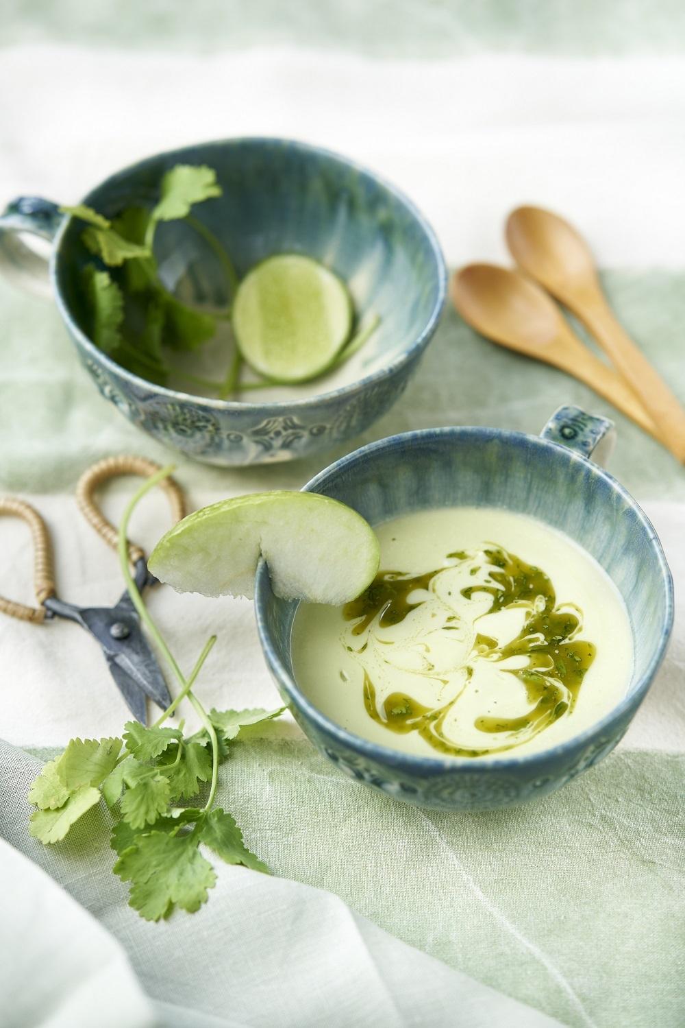 Smoothie verde efecto saciante con manzana, aguacate, lima y espinacas.