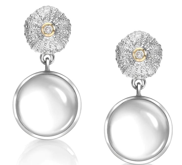 Pendientes de cabujón de oro con cuarzo lechoso y diamantes, de Patrick Mavros.