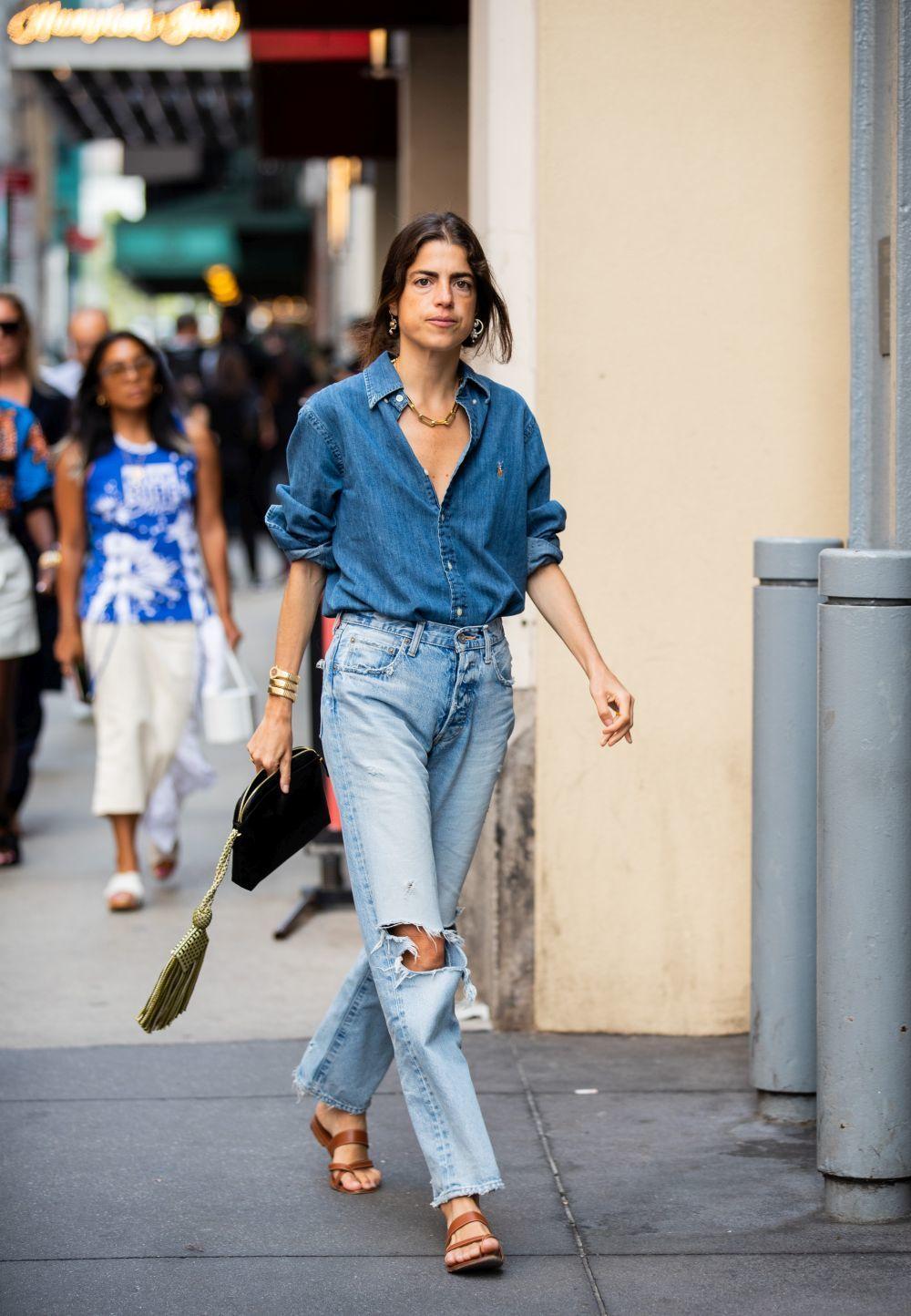 Leandra Medine con jeans rotos.