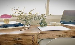 Mesa-refugio con vistas al campo improvisada por la interiorista...