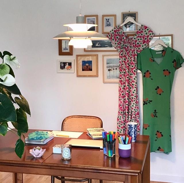 Velas, agenda y algunos vestidos de su nueva colección. Todo en el espacio que ha habilitado en su casa Aitana (Magnolya)