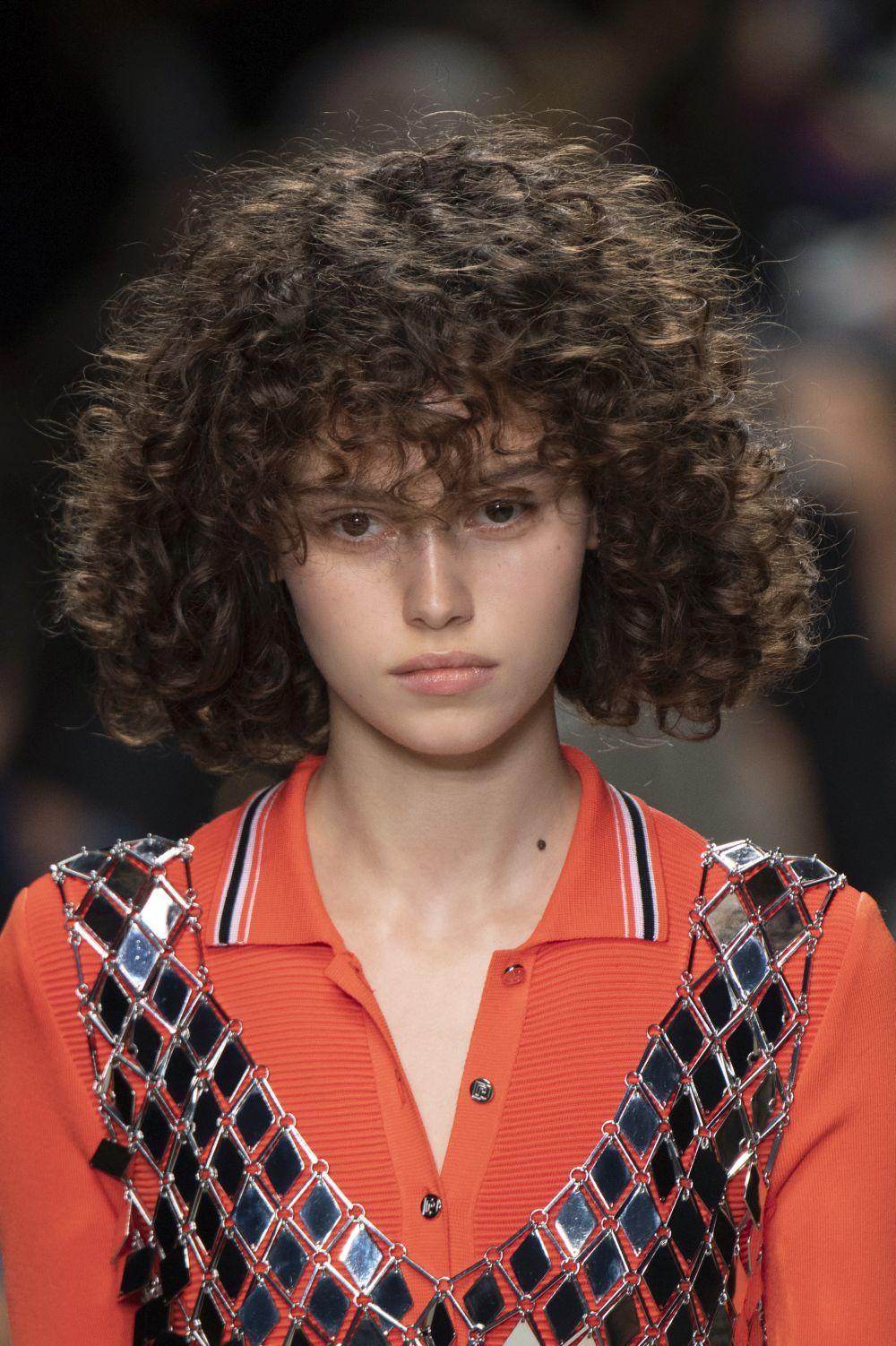 Cuanta más humedad tenga tu pelo con los rulos, más nervio y duración tendrá tu rizo y cuantos más mechones enrolles con los rulos, más rizos.