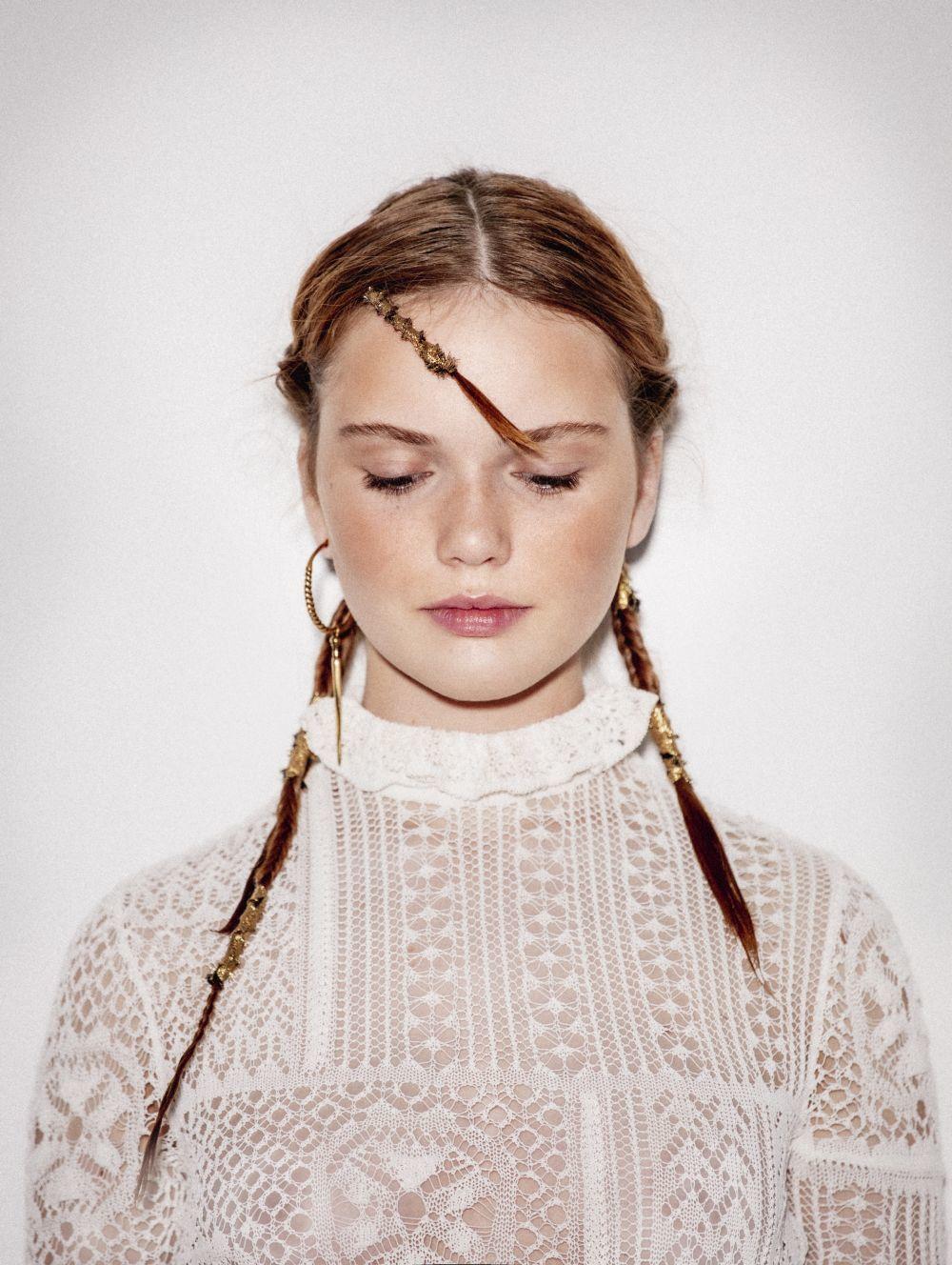 Hacerte trenzas sobre tu pelo húmedo es una buena manera de crear un rizo si las dejas unas horas y luego las sueltas.