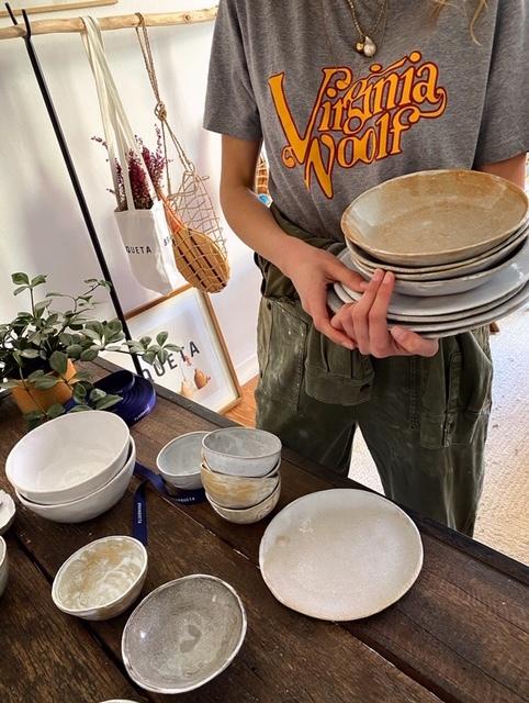 Con camiseta de otro emprendedor, Paco Pintón, la creadora de Branqueta posa en su taller