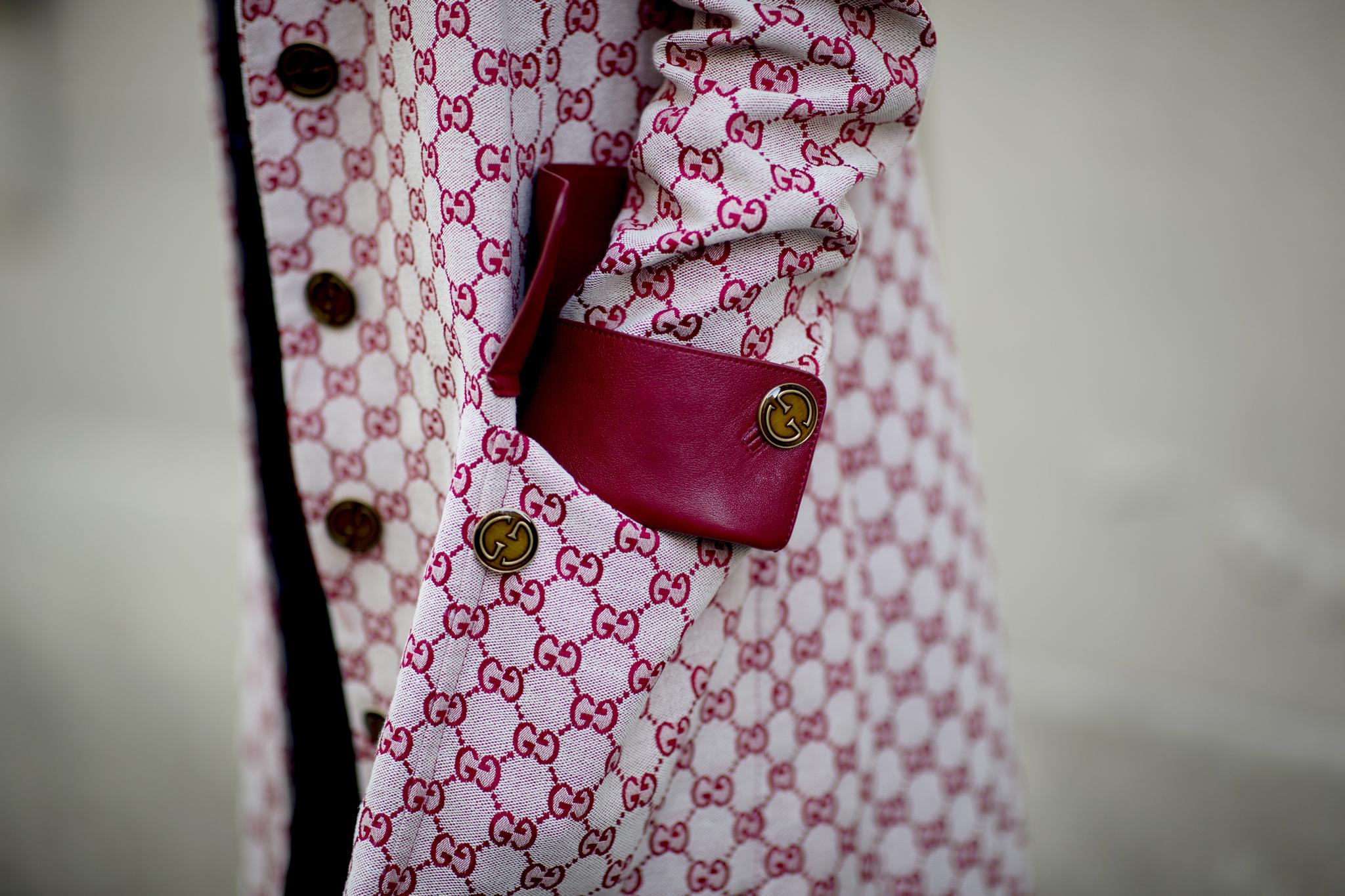 Las dos Gs de Gucci entrelazadas sobre un abrigo visto en las calles de París. Entre haberlo rescatado del legado familiar y acabar de adquirirlo en la boutique hay una línea muy fina de desconcierto.