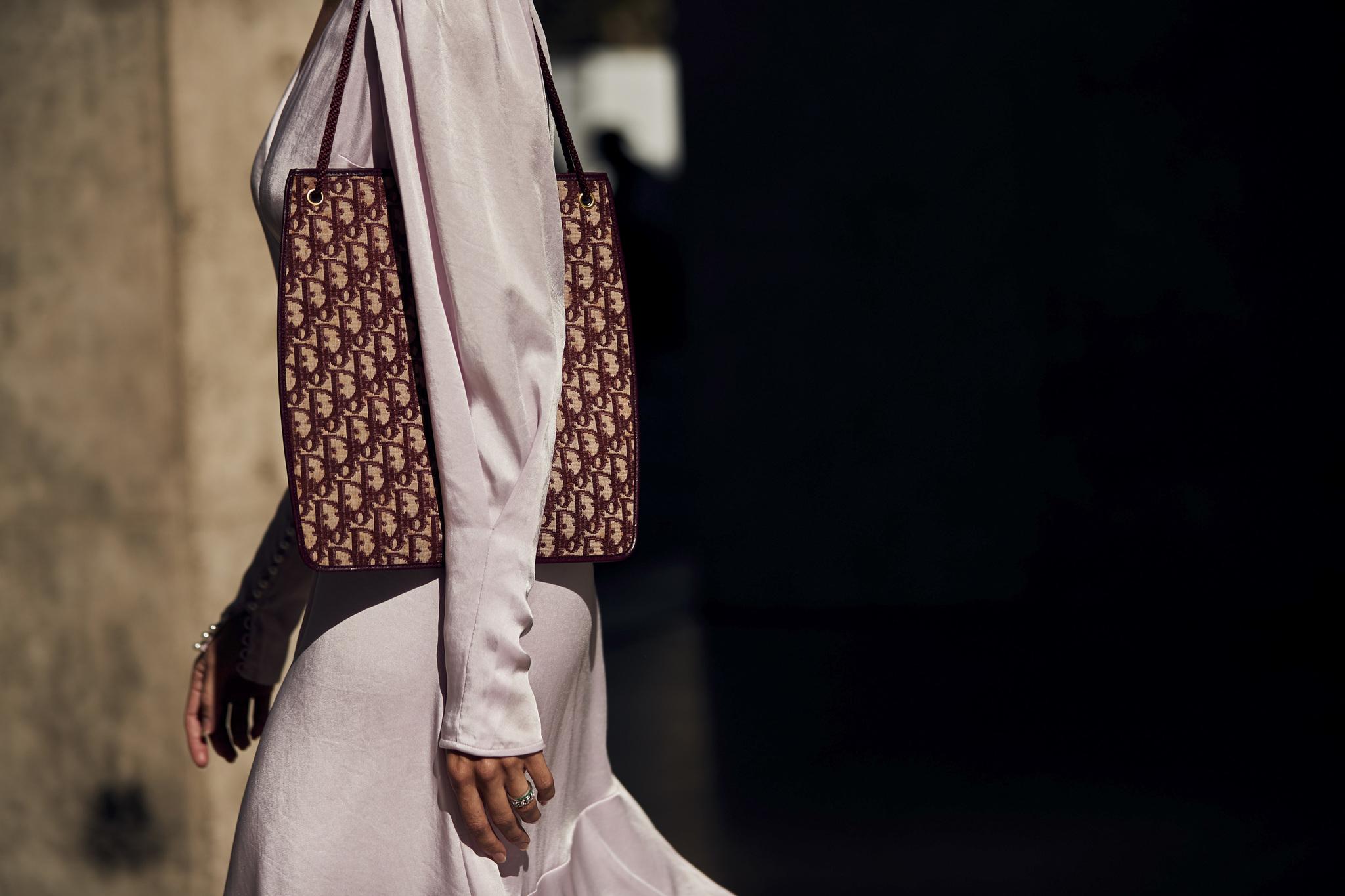Al igual que Gucci, Dior apuesta por bolsos con pátina vintage que hoy nos parecen el valor más seguro gracias a su atemporalidad. A ver quién distingue el de ayer y el de hoy.