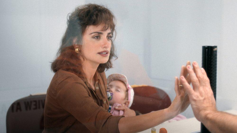 """Penélope Cruz con su hija en la película """"La red avispa""""."""