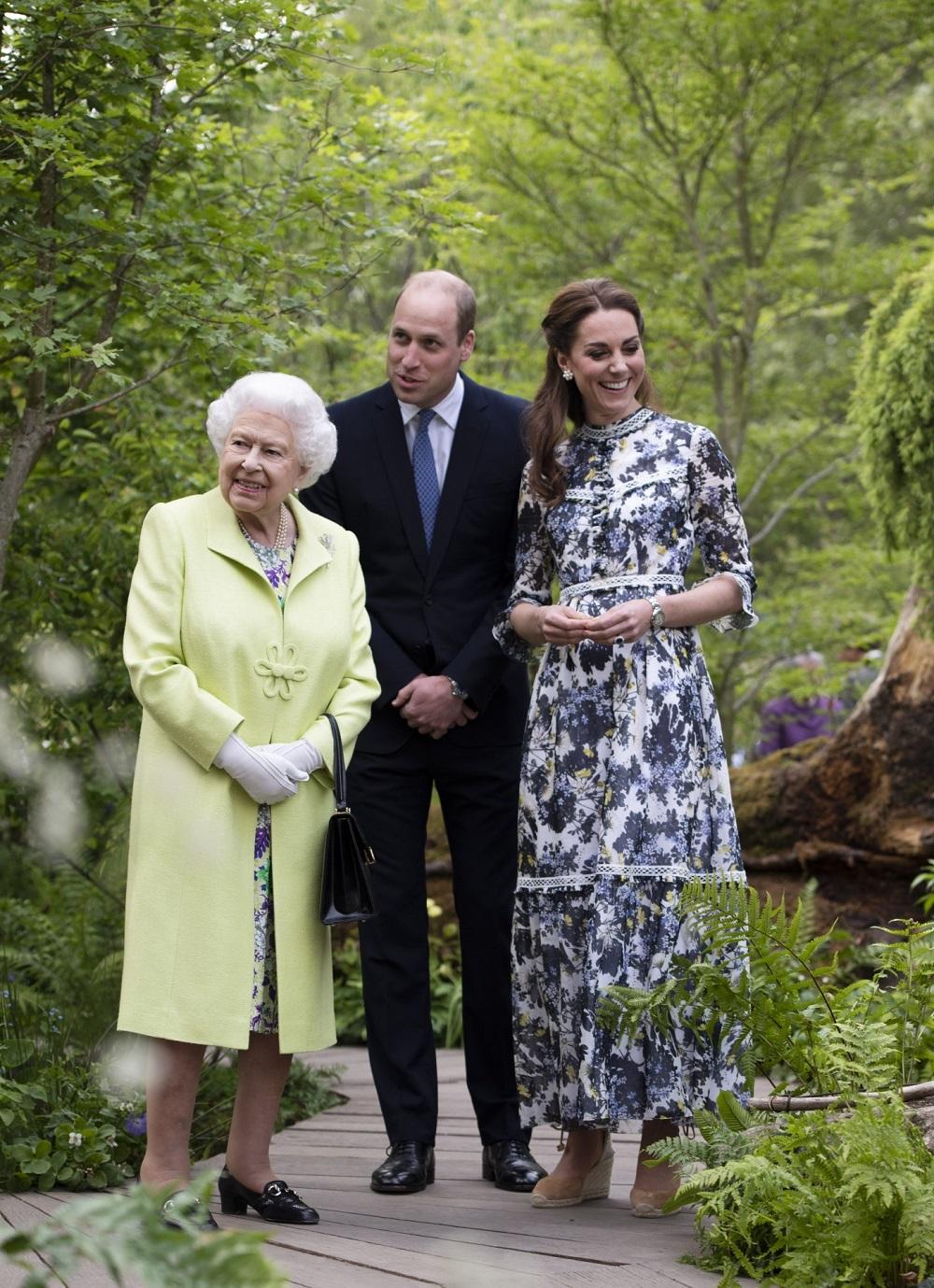 La reina Isabel II con su nieto el príncipe Guillermo y su mujer Kate Middleton en Chelsea Flower Show de 2019.