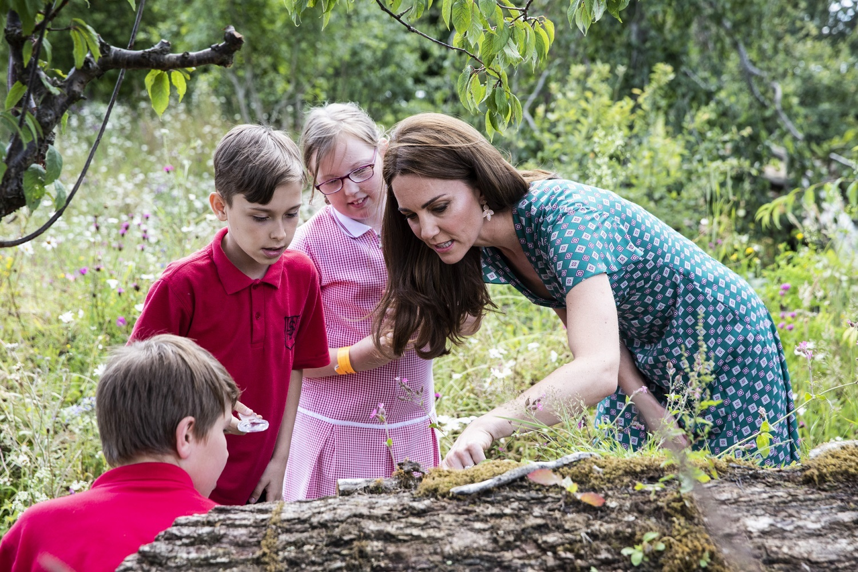 Kate Middleton con un grupo de niños en el Festival de Jardines del Palacio de Hampton Court en julio de 2019.