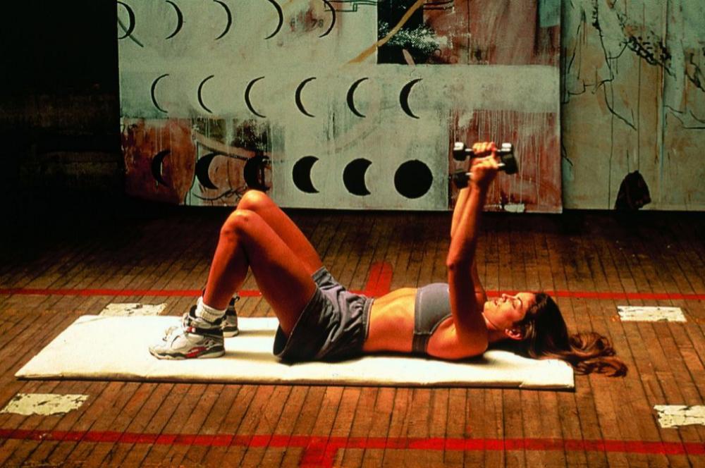 Cindy Crawford practicando sus míticas tablas de entrenamiento en los 90.