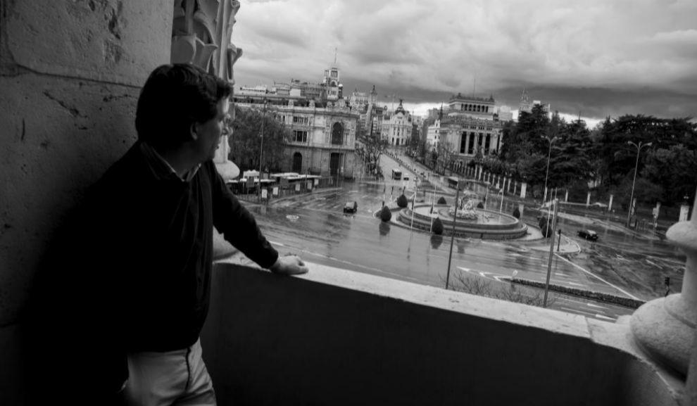 El alcalde contempla, desde uno de los balcones del palacio de Cibeles, sede del Ayuntamiento de Madrid, una ciudad fantasma.