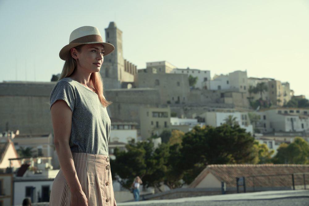"""Zoe, interpretada por Laura Haddock, es la hermana del dj fallecido que viaja a Ibiza en """"White Lines""""."""
